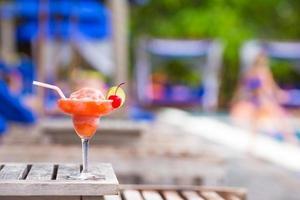 Cocktail in der Nähe eines Schwimmbades foto