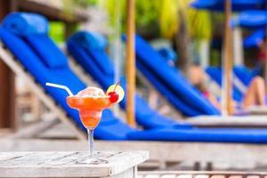 Cocktail in der Nähe von Liegestühlen foto
