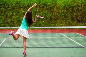 Frau spielt Tennis foto