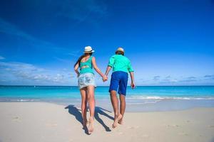 Paar läuft am Strand foto
