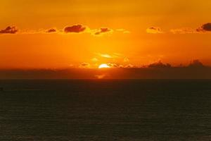 Silhouette einer Landschaft und eines orangefarbenen Sonnenuntergangs