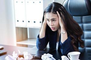 Geschäftsfrau ist gestresst foto
