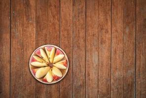 Draufsicht von geschnittenen Äpfeln auf hölzernem Hintergrund