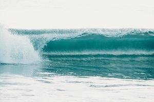 blaue Wellen krachen in den Ozean foto