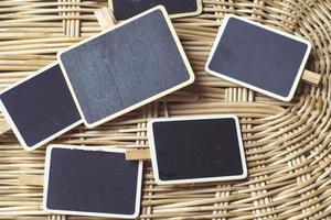 leere Tafeln auf gewebtem Bambushintergrund