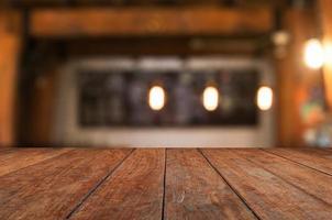 Holztischplatte mit rustikalem Innenhintergrund foto