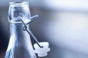 leere transparente Flasche auf selektivem Unschärfehintergrund