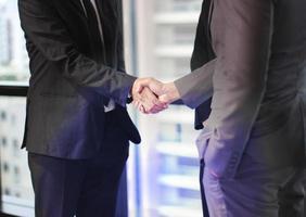 Geschäftsleute, die im Büro Händedruck machen