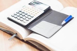 Taschenrechner auf einem offenen Notebook foto