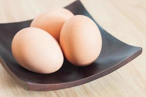 schwarzer Teller mit Eiern darauf