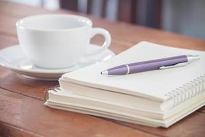 lila Stift auf einem Notizbuch foto