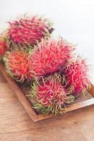 Rambutans auf einem Tisch foto