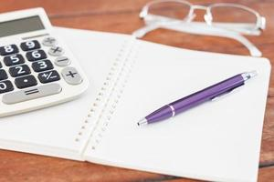 Öffne das Notizbuch mit einem lila Stift foto