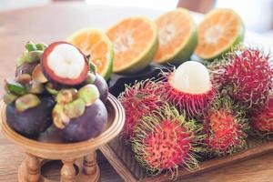 Auswahl an tropischen Früchten foto