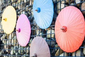 bunte Regenschirme an einer Wand foto