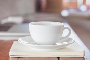 weiße Kaffeetasse am Arbeitsplatz