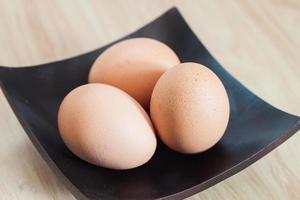 Eier auf einem schwarzen Teller