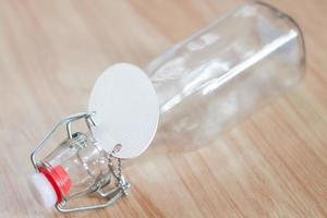 Glasflasche mit einem Etikett darauf foto