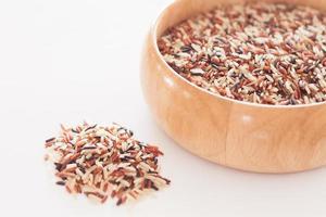 Reis in einer Holzschale foto