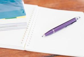 Stift auf einem offenen Notizbuch foto