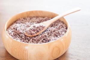Reisschüssel auf einem Holztisch foto