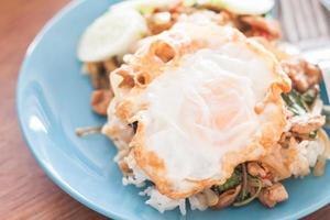 Ei mit Schweinefleisch und Reis