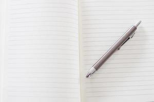 Nahaufnahme eines Notizbuchs und eines Stifts