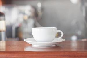 weiße Kaffeetasse im Café