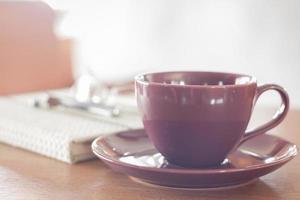 violette Kaffeetasse auf einem Tisch