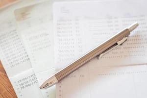 Stift auf Finanzpapieren foto