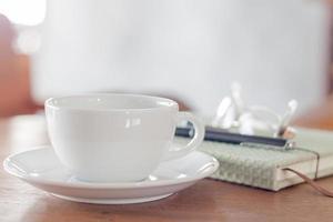 Nahaufnahme einer weißen Kaffeetasse auf einem Holztisch