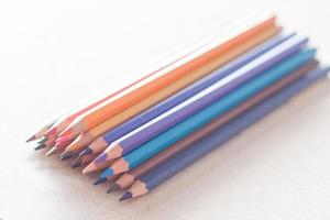 bunte Stifte auf einem weißen Hintergrund foto