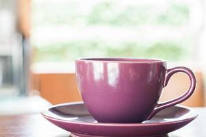 Nahaufnahme einer lila Kaffeetasse
