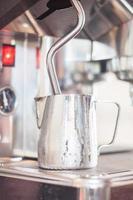 Milch wird in einer Karaffe gedämpft