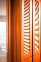 Holzschrank mit Spiegelwand foto