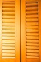 Holztüren zu einem Schrank foto