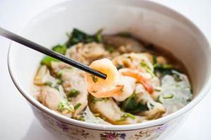 würzige thailändische Nudelsuppe foto