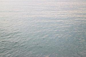 Wasser kräuselt sich bei Sonnenuntergang foto