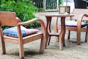 Holzmöbel in einem Garten foto