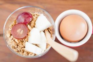 Draufsicht auf Müsli und ein Ei