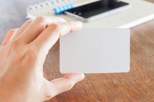 Hand hält ein Visitenkartenmodell foto