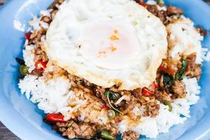 Spiegelei von gebratenem Reis