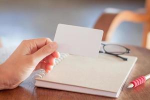 Frau hält eine leere Karte foto
