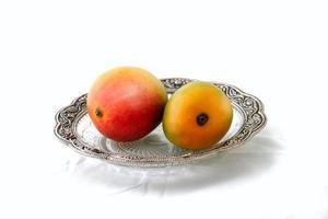 isolierte Mangos auf einem Teller