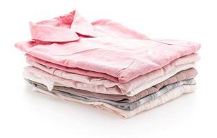 gefaltete Kleidungsstücke auf weißem Hintergrund foto