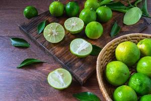 frische Limetten im grünen Korb
