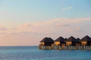 Malediven, Südasien, 2020 - Wasserbungalows auf einer tropischen Insel foto