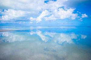 Reflexion von Wolken in stillem Wasser foto
