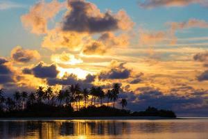 Silhouette einer Insel bei Sonnenuntergang foto