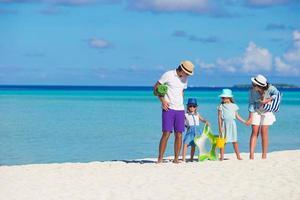 Eltern und Kinder am Strand foto